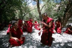 Lamas tibétains discutant sur des doctrines bouddhistes Images stock