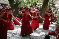 Lamas tibétains discutant sur des doctrines bouddhistes Images libres de droits