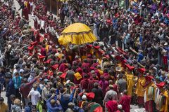 Lamas y gente budistas tibetanos en el monasterio de Hemis, Ladakh, la India fotos de archivo