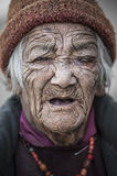 从Lamayuru村庄的老妇人有眼睛问题大瀑布青光眼的 免版税图库摄影