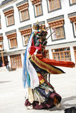 LAMAYURU,印度- SETEMBER 13日2015年:未认出的佛教喇嘛在跳舞Tsam奥秘舞蹈的神秘的面具穿戴了在的时候 库存图片