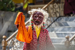 LAMAYURU,印度- SETEMBER 13日2015年:未认出的佛教喇嘛在跳舞Tsam奥秘舞蹈的神秘的面具穿戴了在的时候 库存照片
