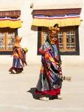 Lamayuru De monniken in maskers voeren boeddhistische heilige chamdans uit stock afbeelding
