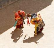 Lamayuru De monniken in maskers voeren boeddhistische heilige chamdans uit royalty-vrije stock fotografie