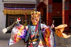 Lamayuru Munken i maskering utför sakral chamdans för buddist Arkivfoton