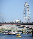 Lambeth och Westminster bro plus det London ögat Fotografering för Bildbyråer