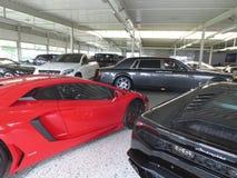 Lamborghini avendator inbillade Rolls Royce Lyxig bilåterförsäljare Arkivfoton