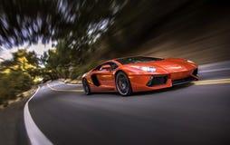 Lamborghini Aventador στο ζωντανό δρύινο φαράγγι Στοκ Εικόνες