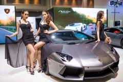 Lamborghini Aventador con le ragazze graziose su esposizione immagine stock libera da diritti