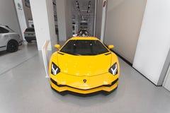 Lamborghini Aventador in geel, in een toonzaal, voorperspectief royalty-vrije stock fotografie