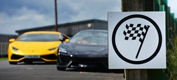 Lamborghini Huracan &在赛马跑道的迈凯伦650S Supercar 图库摄影