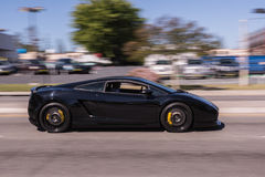Lamborghini negro en la calle imagen de archivo