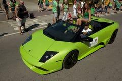 Lamborghini verde en desfile del día de San Patricio Foto de archivo