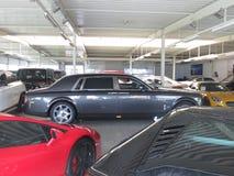 Lamborghoni Avendator SV Rolls Royce Lyxig bilåterförsäljare Royaltyfri Bild