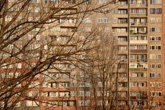 Lambrissez la façade de bâtiment (bâtiment en béton préfabriqué) en Pologne Image libre de droits