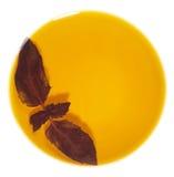 Lame de basilic dans la cuvette d'huile d'olive photos libres de droits