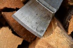 Lame de hache sur le bois Photos libres de droits