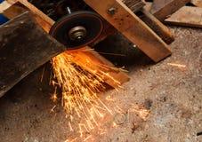 Lame de meulage avec la flamme dans l'usine Image stock