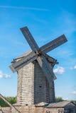 Lame del mulino a vento, villaggio Fotografia Stock Libera da Diritti