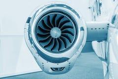 Lame dettagliate di tturbine del insigh di un motore a propulsione degli aerei, blu tecnico colorato, fine del motore dell'aerota Fotografie Stock Libere da Diritti