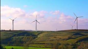 Lame di torsione dei generatori eolici nel vento video d archivio