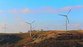 Lame di torsione dei generatori eolici nel vento stock footage