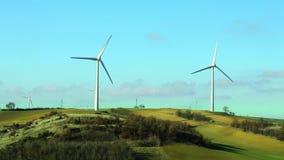Lame di torsione dei generatori eolici nel vento archivi video