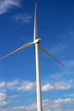Lame giganti del generatore eolico nel Montana Immagine Stock