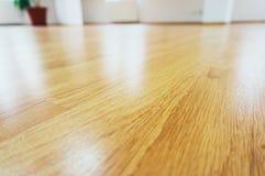 Lamellenförmig angeordneter Fußboden des Holzes Stockbilder