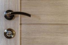 lamellierte Tür mit Türknauf und Verschluss stockbilder