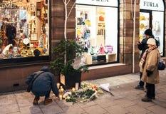 Lamentação nos povos de Strasbourg que pagam o tributo às vítimas de Terro fotos de stock royalty free