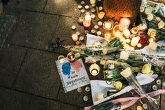 Lamentação nos povos de Strasbourg que pagam o tributo às vítimas de Terro imagem de stock