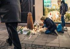 Lamentação nos povos de Strasbourg que pagam o tributo às vítimas de Terro imagens de stock royalty free