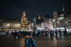 Lamentação nos povos de Strasbourg que pagam o tributo às vítimas de Terro foto de stock