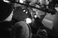 Lamentação nos povos de Strasbourg que pagam o tributo às vítimas de Terro imagem de stock royalty free