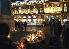 Lamentação nos povos de Strasbourg que pagam o tributo às vítimas de Terro foto de stock royalty free