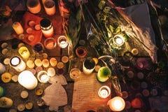 Lamentação nos povos de Strasbourg que pagam o tributo às vítimas de Terro fotografia de stock