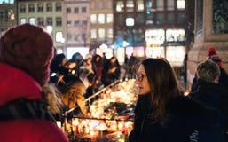 Lamentação nos povos de Strasbourg que pagam o tributo às vítimas de Terro fotografia de stock royalty free