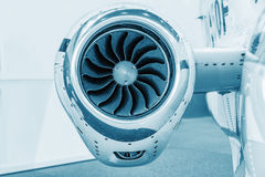 Lames détaillées de tturbine d'insigh d'un moteur à réaction d'avions, bleu technique coloré, fin de moteur d'avion d'affaires ve Photos libres de droits