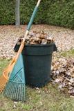 Lames d'automne dans un bidon d'ordures - verticale image libre de droits