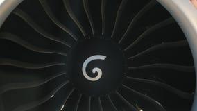 Lames de rotor de moteur à réaction tournant - avion dans l'avion banque de vidéos