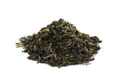 Lames de thé vert d'isolement sur le fond blanc photo libre de droits