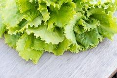 Lames vertes de laitue Feuilles de laitue sur le fond en bois Laitue fraîche sur la table de cuisine Aliment biologique sain Photos stock