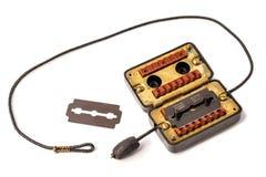 Lametta tradizionale e vecchio dispositivo per l'affilatura delle lame isolate su bianco Immagine Stock