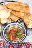 Lamian - centrala asiatiska nudlar som lagas mat med fårköttet och grönsaker royaltyfri foto