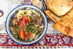 Lamian - centrala asiatiska nudlar som lagas mat med fårköttet och grönsaker royaltyfria bilder