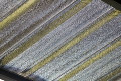 Lamina di metallo dell'isolamento sotto il tetto a calore di protezione da luce solare fotografia stock libera da diritti