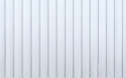 Lamina di metallo moderna bianca, superficie d'acciaio di struttura del metallo di carico, magazzino nella vecchia zona industria Fotografia Stock
