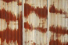 Lamina di metallo ondulata arrugginita Immagini Stock