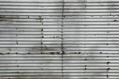 Lamina di metallo ondulata arrugginita fotografia stock libera da diritti